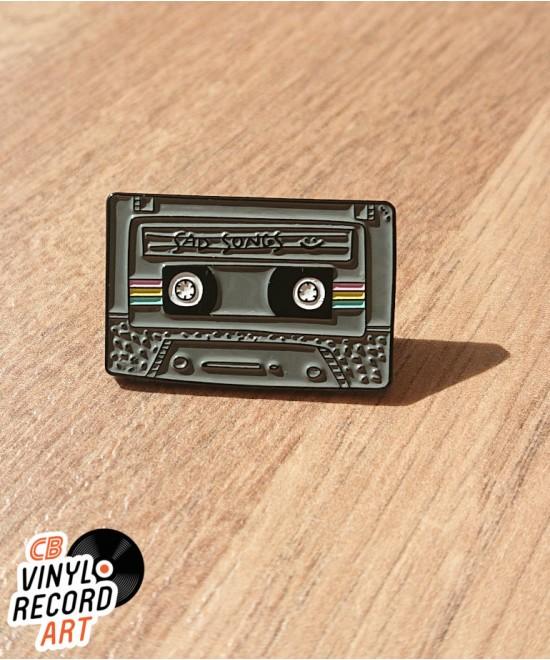 Pin's émail Cassette Sad Songs – Accessoire old school