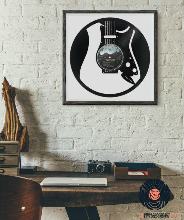 visuel de guitar gravé sur un disque vinyle recyclé