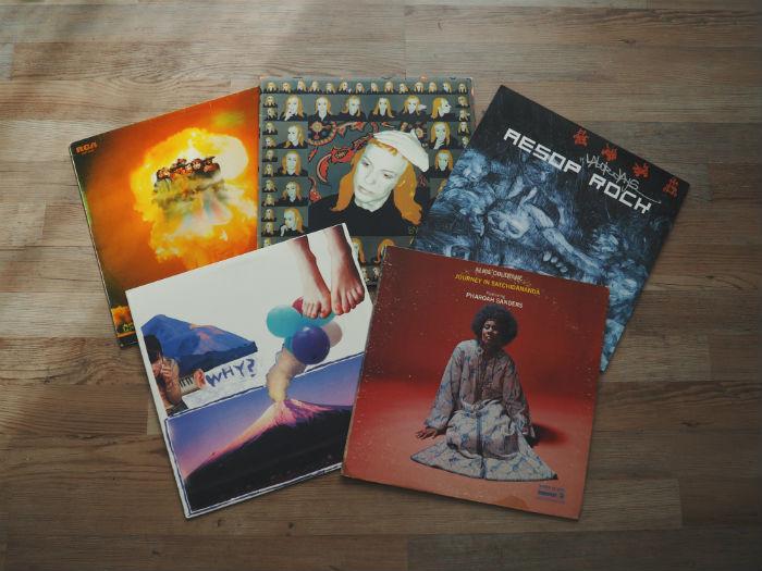 plusieurs vinyles posés sur le sol