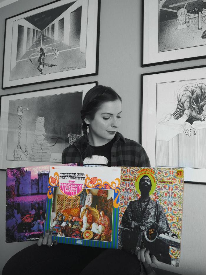 diana tient plusieurs disques vinyles