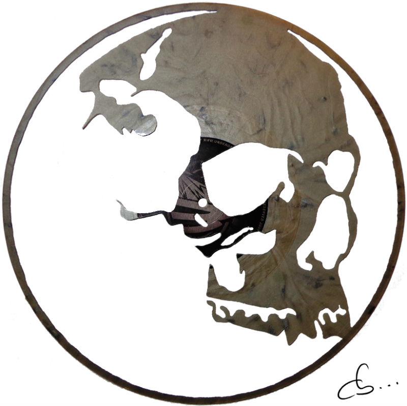 crâne de cristal sculpté sur un disque vinyle
