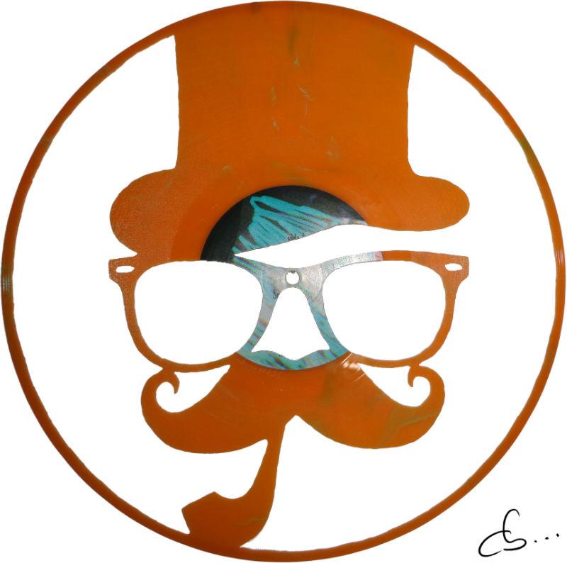 portrait d'un hispter gravé sur un disque vinyle orange