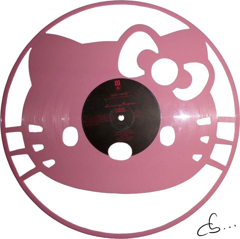 portrait de kitty gravé sur un disque vinyle rose
