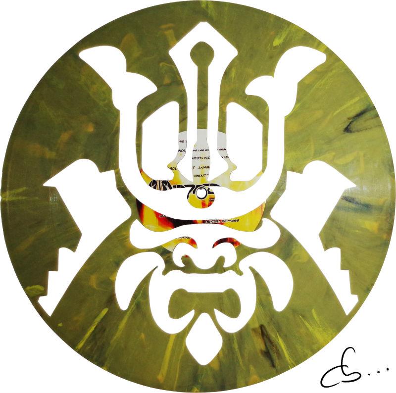 portrait artistique d'un samurai sculpté sur un disque vinyle
