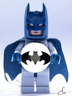 batman lego tient son portrait gravé sur disque vinyle