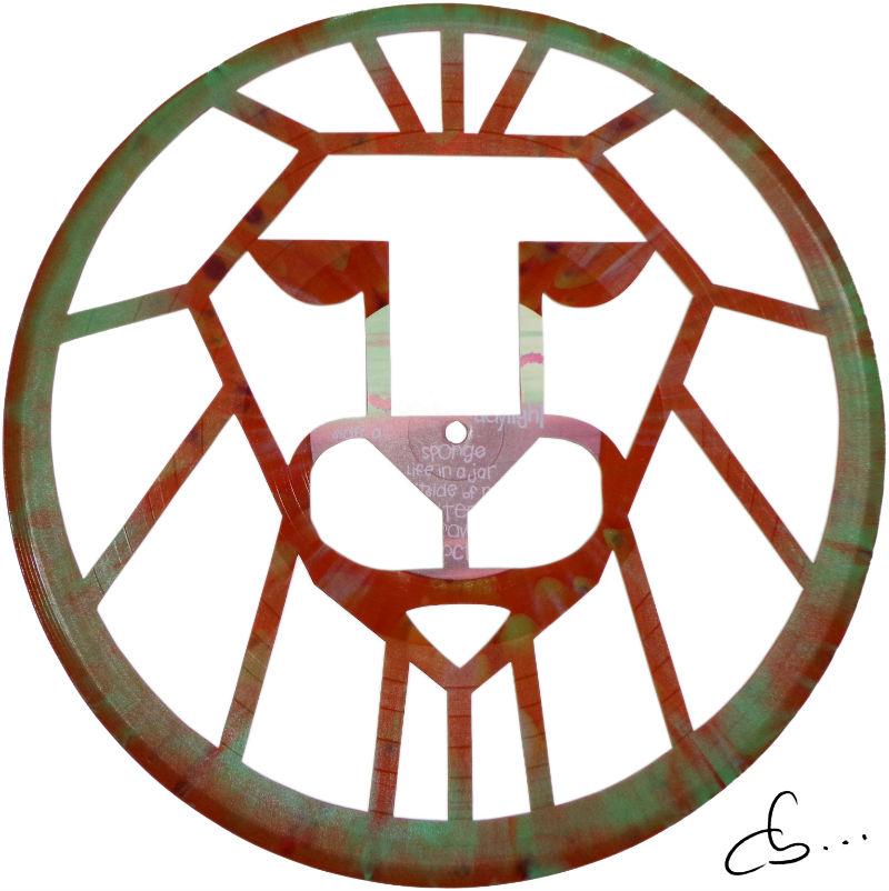 tête de lion gravée sur un disque vinyle, sculpture faite à la main