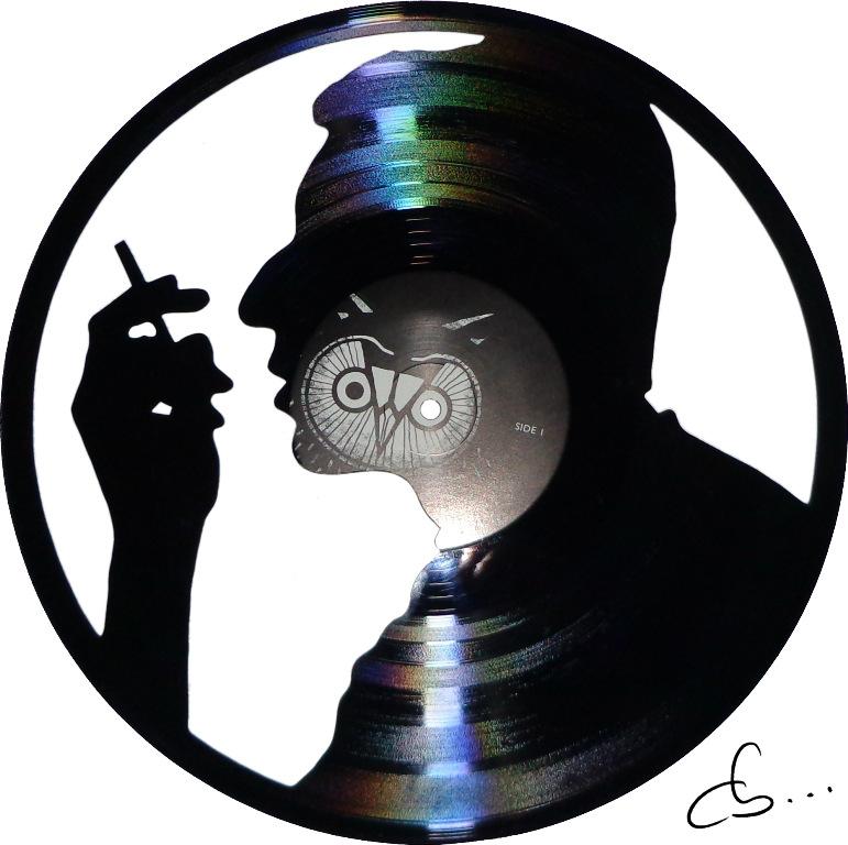 portrait de serge gainsbourg gravé sur un disque vinyle